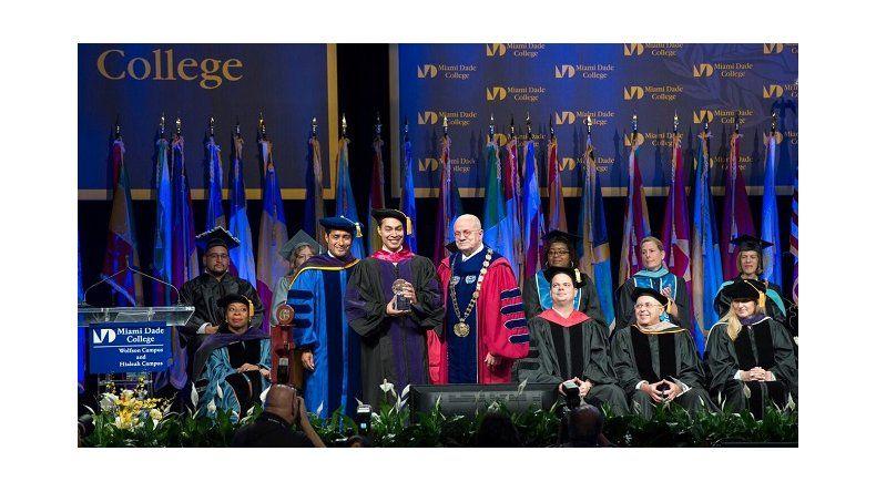 Emotivo D A De Graduaci N En Miami Dade College