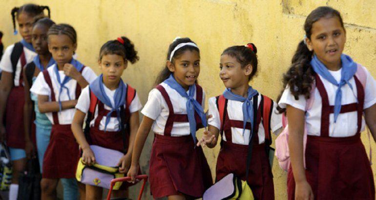 Un grupo de niñas caminan vestidas con el uniforme de una escuela primaria  en Cuba.CORTESÍA   ISMAEL FRANCISCO CUBADEBATE ede4de5b96a
