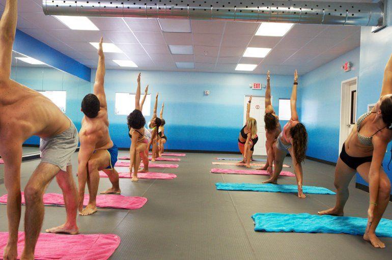Cada clase de Bikram yoga comienza y finaliza con un ejercicio de  respiración o pranayama.(CORTESÍA  www.bikramhotyoga305.com) af372f4f50fb