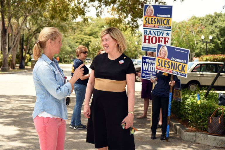 Jeannett Slesnick habla con un votante a la salida de uno de los puestos de votación.