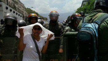 Una señora se toma una foto con la Guardia Nacional. Desde 2014 la Guardia Nacional ha sido un organismo represor en Venezuela.