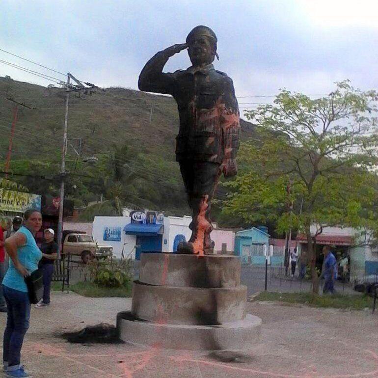 Resultado de imagen para vente venezuela queman estatua de Chávez
