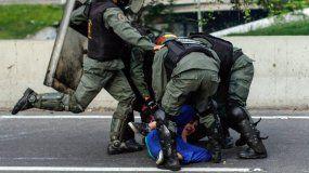 El nuevo dossier, presentado en La Haya, contiene torturas por asfixias con bolsas plásticas,  aplicación de descargas eléctricas, ahogamiento, golpes y patadas en  todo el cuerpo y un caso de tortura sexual con violación.