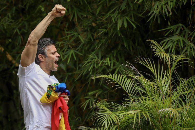 El opositor venezolanoLeopoldoLópez saluda a seguidores este sábado 8 de julio de 2017