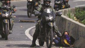 Un efectivo de la Guardia Nacional Bolivariana reprime a una estudiante durante una de las protestas opositoras en Caracas.