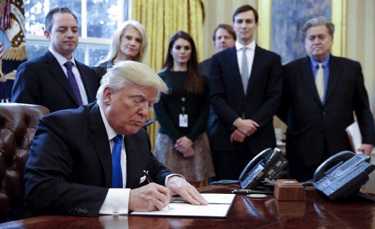 Trump durante la firma de dos órdenes ejecutivas para resucitar los  polémicos proyectos de los oleoductos Keystone XL y Dakota Access durante  un acto en la ... 28da5469129