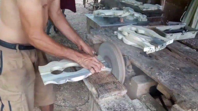 el carpintero le da bien duro