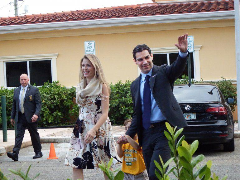 Suárez saluda a simpatizantes luego de ejercer su derecho al voto en compañía de su esposa Gloria y de su hijo Andrew.