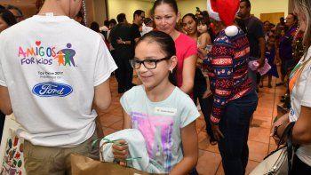 Cientos de regalos de Navidad fueron repartidos por Amigos For Kids entre niños residentes del sur de la Florida.