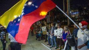 Un grupo de personas participan en una manifestación convocada por la organización de Venezolanos perseguidos políticos en el exilio Veppex para protestar en contra de la actuación del grupo musicalGuaco, en el teatro The Fillmore en Miami Beach, Florida, (Estados Unidos).