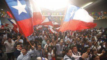 Simpatizantes del expresidente deChiley candidato presidencial de la coaliciónChileVamos, SebastiánPiñera esperan los resultados del escrutinio en Santiago (Chile).