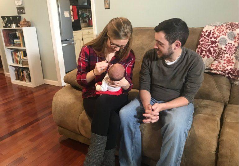 Tina y Benjamin Gibson habían intentado tener hijos y se plantearon la adopción antes de optar por la implantación de un embrión.