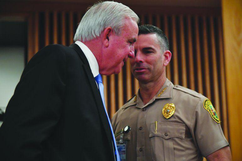 El alcalde Carlos Giménez conversa con el director de la Policía condal