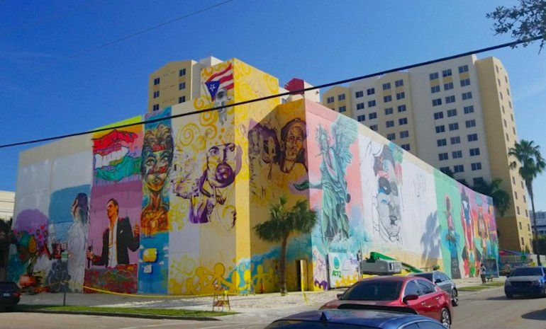 El mural cubre la esquina del edificio y alcanza una altura de seis pisos.