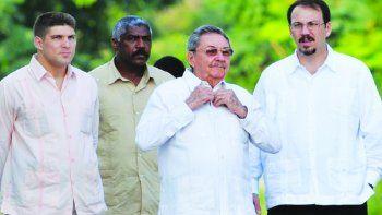 De izq. a der., Raúl Guillermo Rodríguez Castro; un miembro de la escolta del dictador cubano Raúl Castro Ruz, y su hijo Alejandro Castro Espín.