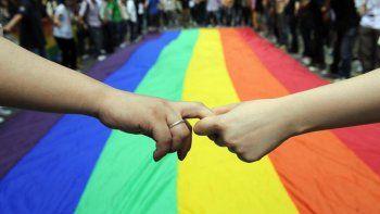 Con etiquetas como #unafamiliamuyoriginal y #matrimonioigualitarioya, el activismo LGTBI ha salido al paso a una campaña de varias iglesias cristianas que abogan por mantener el diseño original del matrimonio, que solo incluiría a un hombre y una mujer
