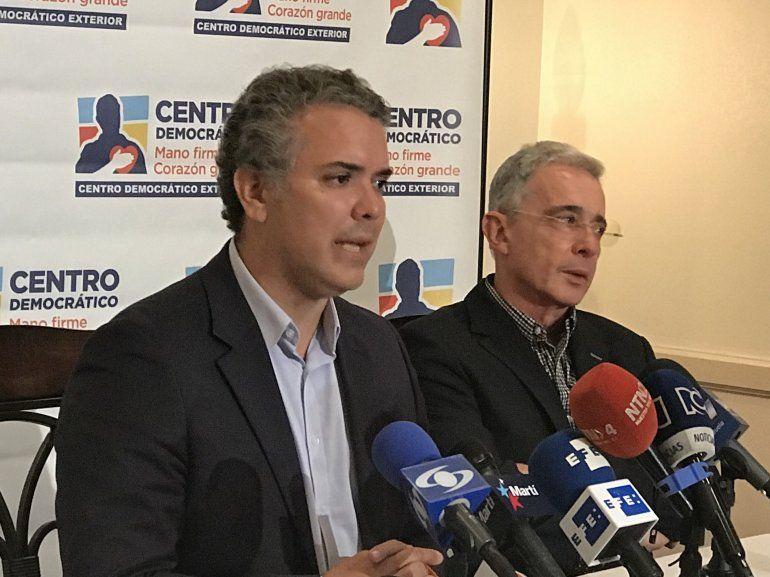De izquierda a derecha, el candidato presidencial Iván Duque y el expresidente colombiano Álvaro Uribe.