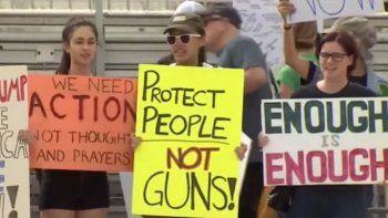 Decenas de estudiantes se manifiestan en eventos y en redes sociales por un mayor control de armas.