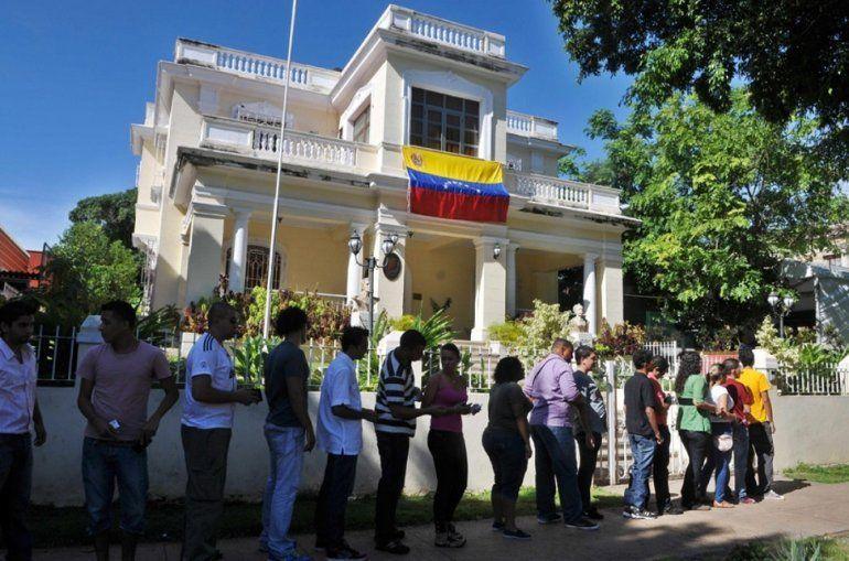 Un grupo de venezolanos residentes en Cuba espera para entrar al consulado de su país en La Habana en una jornada de elecciones.