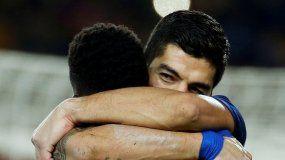 Eugenio Suárez celebra con Dembelé, quien le asistió en un pase gol.