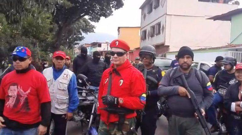 Chavistas encapuchados y armados aparecen en un video donde juran lealtad a Maduro y dicen que defenderán al régimen con las armas.