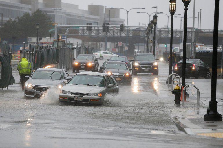 Varios coches circulan entre las calles inundadas durante eltemporalcerca del distrito de Seaport