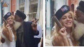 Paulina Rubio desata críticas tras posar en Cuba con una boina del Che