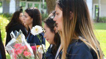 Estudiantes de FIU expresan su dolor porla muerte de seis personas durante la caída del puente peatonal.