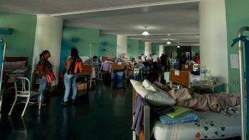 Pacientes y visitantes coinciden en un pasillo de un hospital de Caracas.