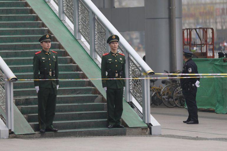 Agentes de la Policía Armada Popular deChinavigilan los alrededores de la Estación Central de Pekín.
