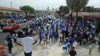 Un grupo de nicaragüenses residentes en Miami se concentró en las inmediaciones del Consulado de ese país para protestar contra la represión y las políticas de Daniel Ortega.