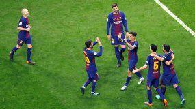 Los jugadores del FCBarcelonacelebran el quinto gol del partido convertido por el centrocampista brasileño, Philippe Coutinho (3d), durante la final de la Copa del Rey en el estadio Wanda Metropolitano de Madrid.