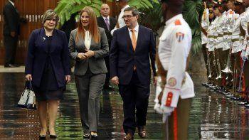 Lis Cuesta (izq.), esposa del nuevo gobernante cubano Miguel Díaz-Canel; Cilia Flores, la primera dama de Venezuela (cen.), y el canciller cubano, Bruno Rodríguez.