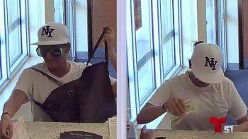 Momento en que la mujer ingresó a la sede bancaria. No llevaba guantes.