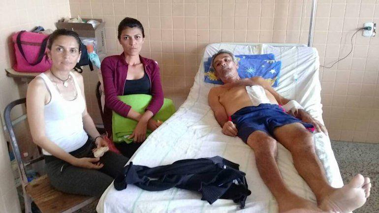 Un paciente y sus familiares en el hospital.
