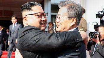 Los líderes norcoreano y surcoreano, Kim Jong-un y Moon Jae-In, respectivamente, en su reunión de este 26 de mayo.