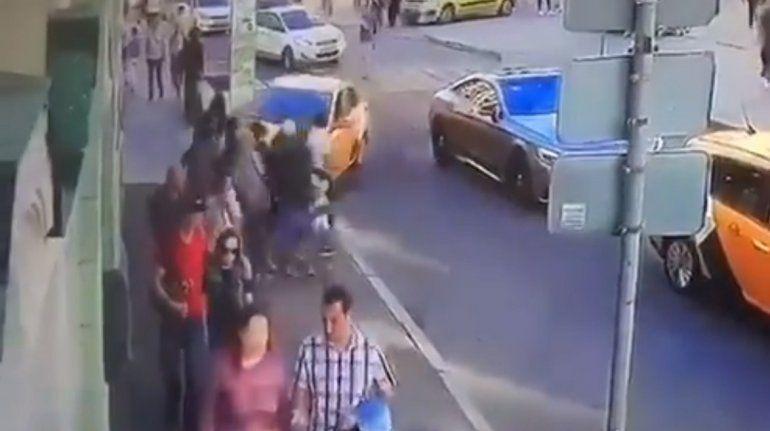 Captura de video de una cámara de vigilancia que muestra el momento cuando el taxi avanza hacia los peatones en el centro de Moscú.
