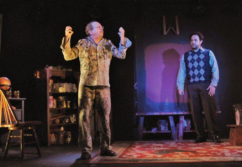 Orlando Urdaneta y Anthony LoRusso interpretan Rojo