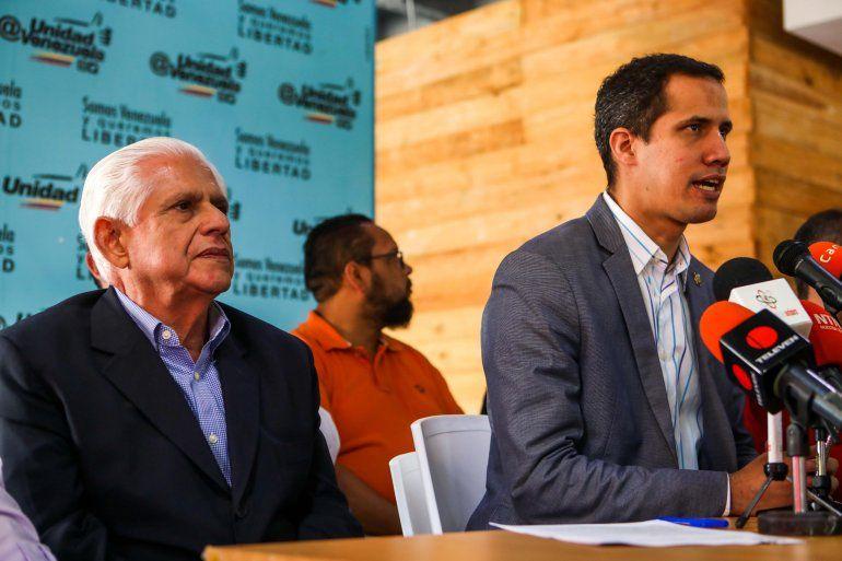 El diputado de la Asamblea Nacional, Juan Güaidó (d), habla durante una rueda de prensa convocada por la Mesa de la Unidad (MUD) junto al presidente del Parlamento, el diputado Omar Barboza.