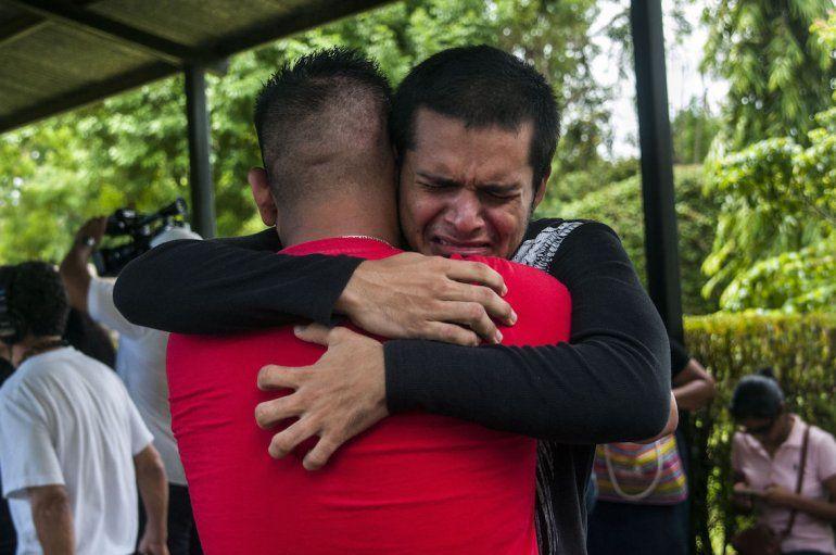 Jonathan Padilla (de espaldas) abraza a su hermano Everth Padilla (frente)