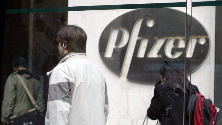 Varias personas caminan frente alas oficinas de la farmacéutica Pfizer en Nueva York.