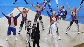 Nicky Jam, Will Smith y Era Istrefi duurante la presentación en la ceremonia de la final.