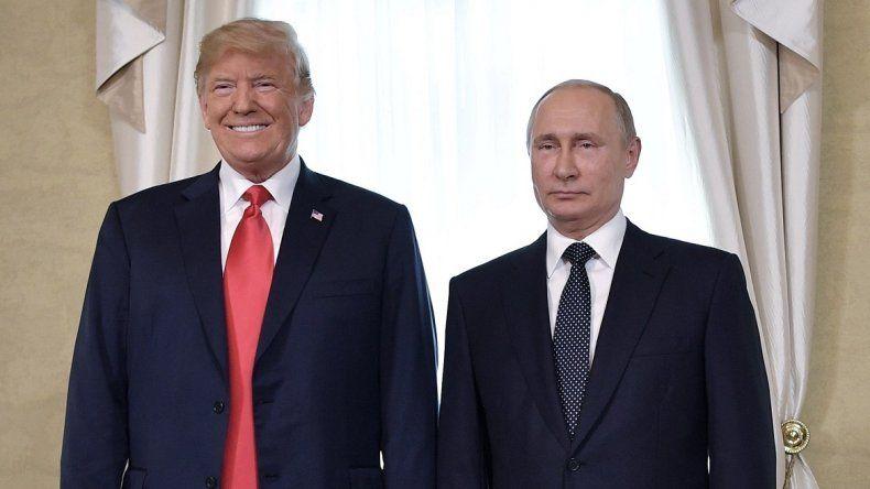 Los presidentes de EEUU DonaldTrump y de Rusia Vladímir Putin posan durante su primera cumbre formal celebrada en el Palacio Presidencial de Helsinki, Finlandia, hoy, 16 de julio de 2018.