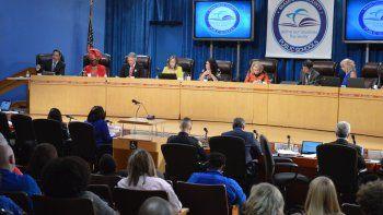 El cuerpo directivo escolar de Miami-Dade se reúne en el salón de sesiones en su sede en Miami.