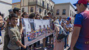 Un grupo de venezolanos residente en México observan la fotografía tomada a la diáspora.