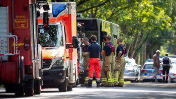Efectivos de equipos de emergencia trabajan en el lugar donde doce personas resultaron heridas, dos de ellas de gravedad, en un ataque cometido por un hombre armado con un cuchillo en un autobús urbano, en la ciudad alemana de Lübeck, el 20 de julio del 2018.