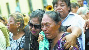Familiares y amigos lloran durante el entierro de un joven asesinado por turbas sandinistas.