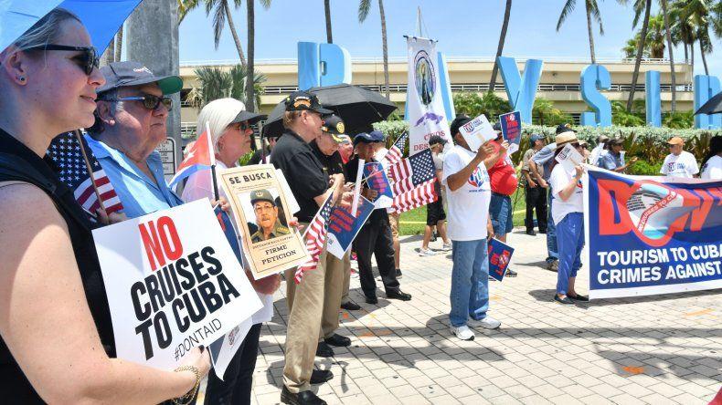 La entrada del Puerto de Miami para expresar su rechazo en contra de las compañías de cruceros que ofrecen paquetes turísticos a Cuba.