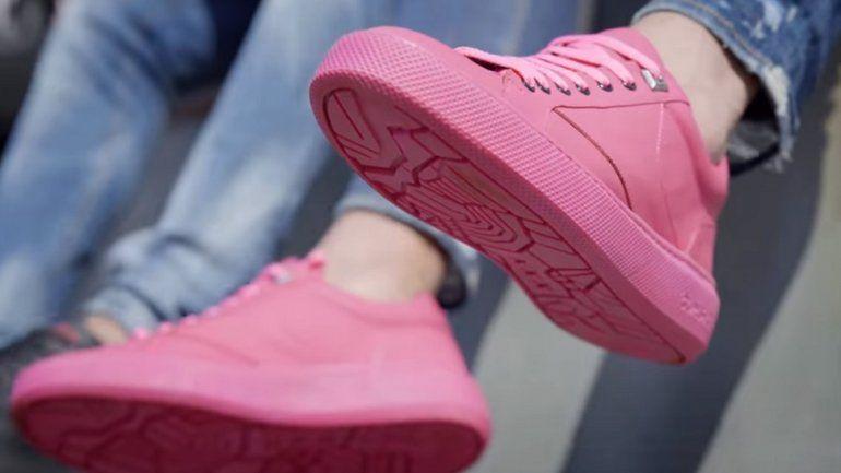 Vista del calzado elaborado con chicle recogido en las calles de Ámsterdam.