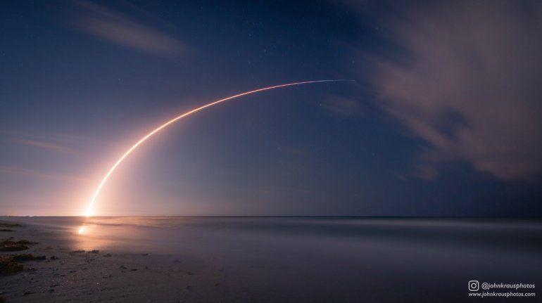 Vista de la trayectoria dibujada por el cohete Falcon 9 tras su lanzamiento desde Cabo Cañaveral, en Florida.